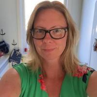 Oergeil vrouwtje uit Noord-Holland haar poes naaien