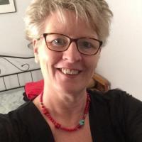Lekker omaatje uit Drenthe haar sneetje zien