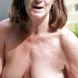 Lekker omaatje uit Vlaams-Brabant haar vagina zien
