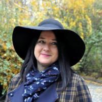 Mals vrouwtje uit Limburg-be haar poes naaien