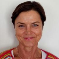 Hitsig dametje uit Drenthe haar poesje betasten